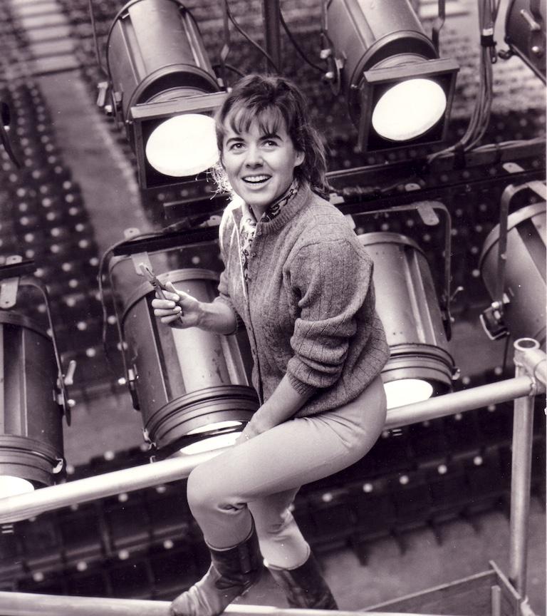 Geneviève Soubirou sur une structure avec des projecteurs PC Cremer à Glasgow en 1967