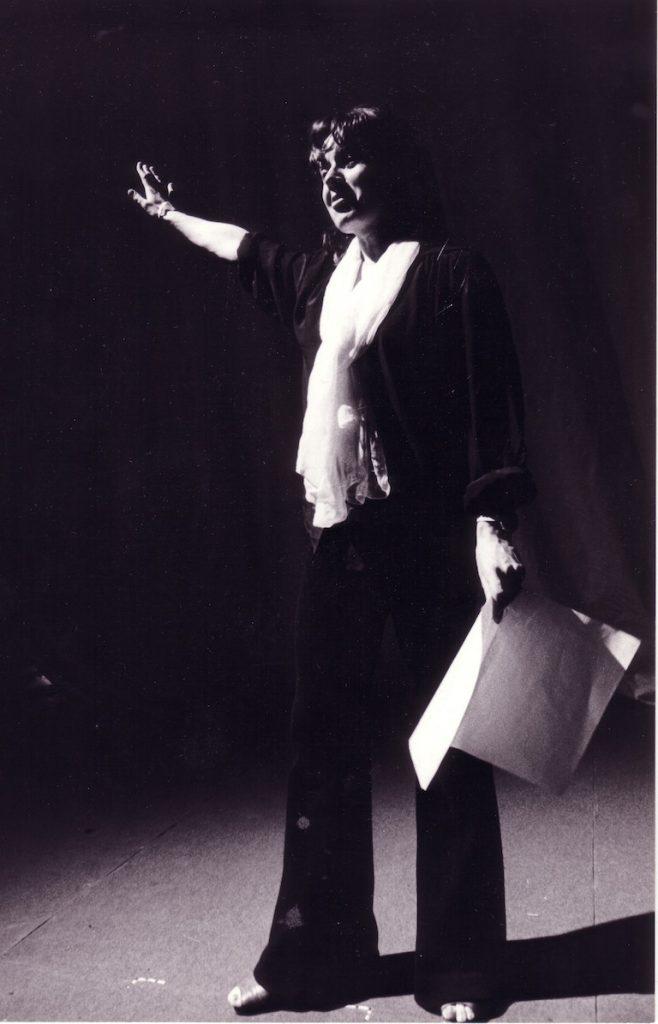Geneviève Soubirou règle la lumière sur le plateau du Theater an der Wien en 1976